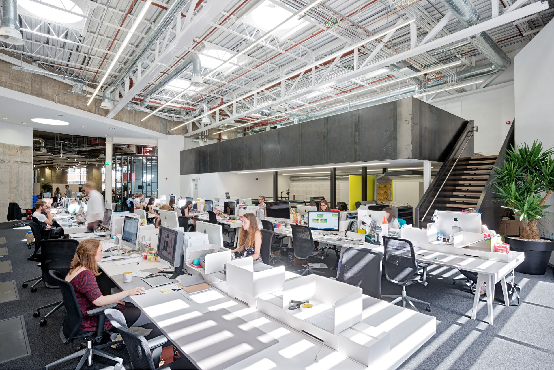 Open plan vs closed plan office design striking a balance for Open space office